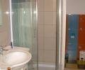 Alkotóház Villa, egy fürdőszoba és az onnan nyíló wc